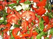 Страви з помідорів, огірків, салату та цибулі