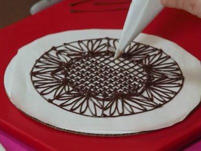 Preparación de los ornamentos de chocolate sobre el papel