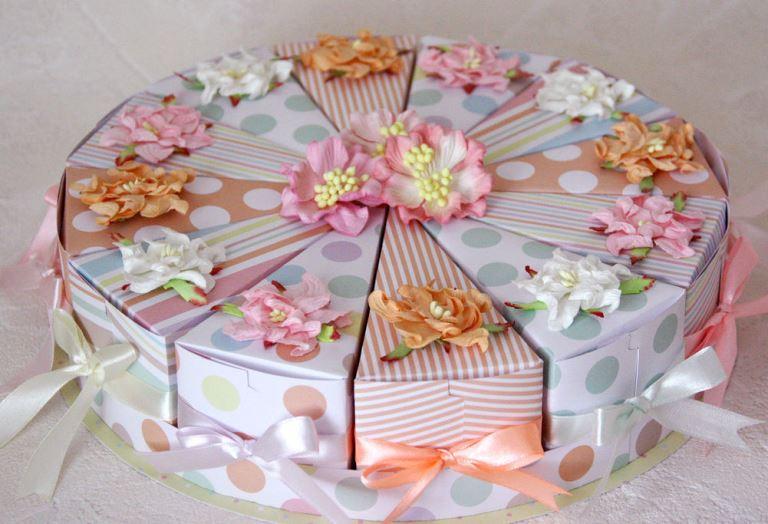 Pastel decorado con la ayuda de una plantilla
